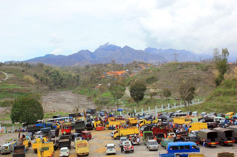 lembah pandansari dipenuhi oleh truk-truk bantuan dan relawan