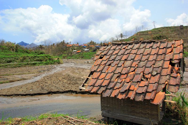 Rumah-rumahan sawah yang masih kokoh menahan terjangan banjir lahar dingin gunung kelut