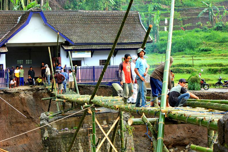Jembatan bambu Bendosari di kecamatan Pujon