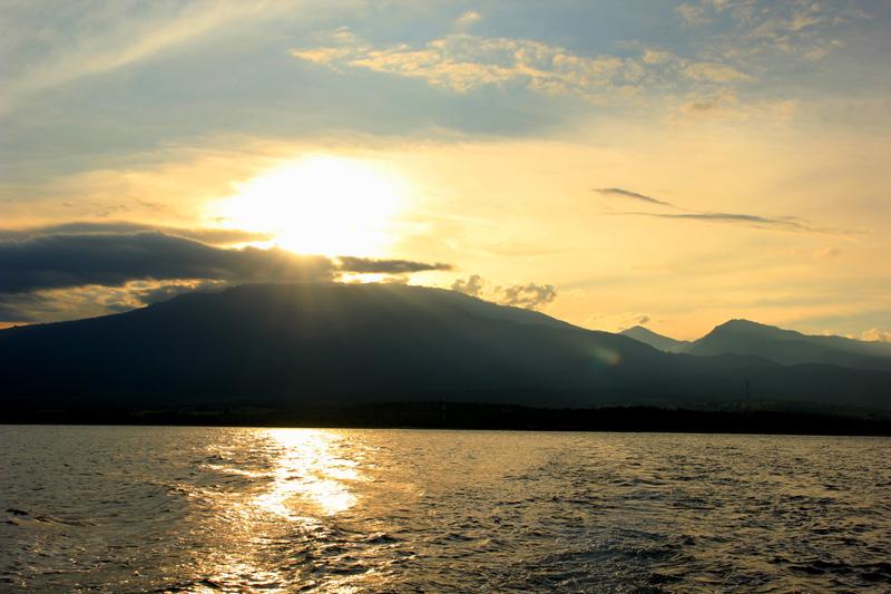 Senja di puncak Rinjani dari selat alas
