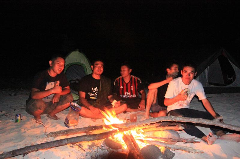 Api unggun menjelang malam