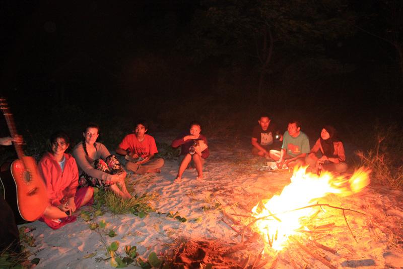 Mengitari api unggun mencari kehangatan