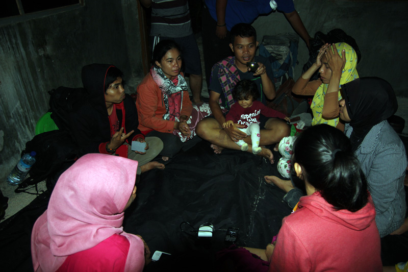 Bermain Seven Up di Bilik Cafe. terlihat Nayla bersama bapak ibunya Ikwan dan fairuz