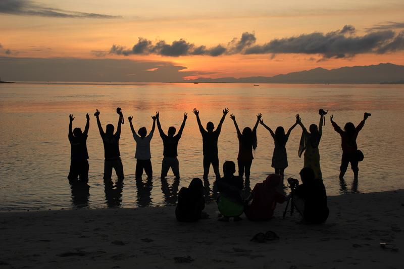 berbagai cara menikmati sunrise di Gili Kondo