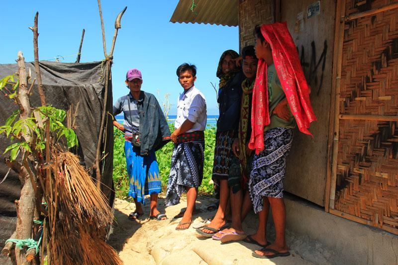 Pemuda-pemuda Nambung berpakaian adat u acara Nyangkolan