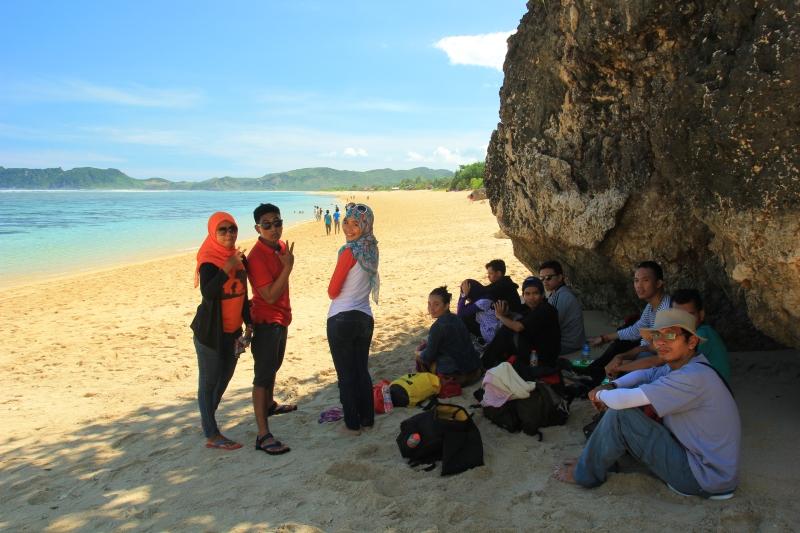 Berteduh sejenak di bawah bebatuan pantai Nambung