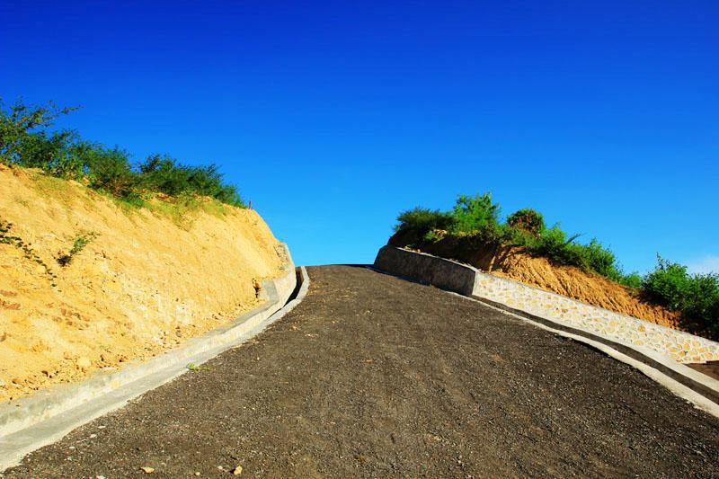 Jalan membelah bukit di Dusun Torok Aik Belek, Lombok Tengah