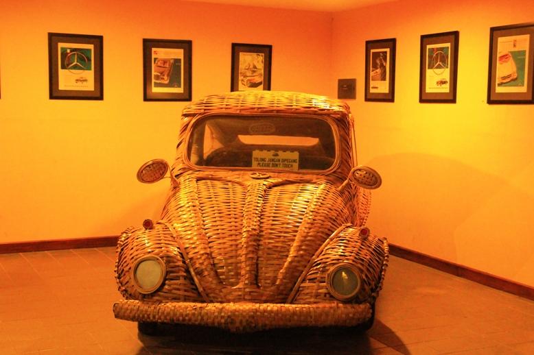 salah satu Mobil Koleksi unik yang terbuat dari Kayu