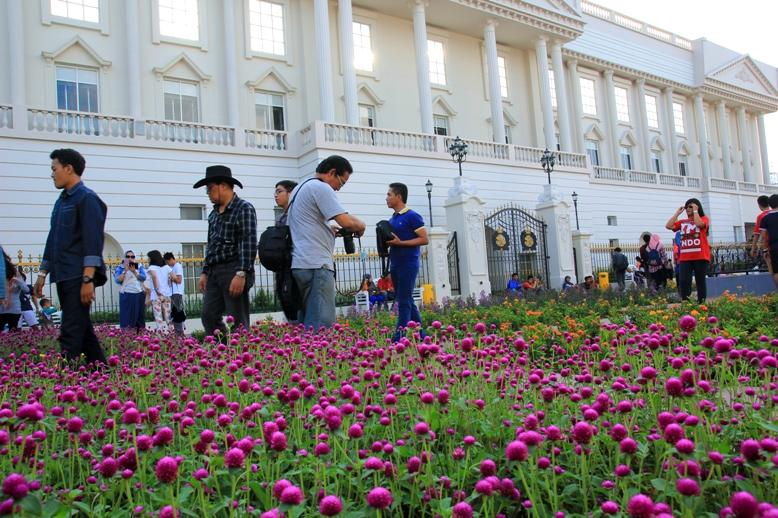 Bunga-bunga di depan Buckingham Palace