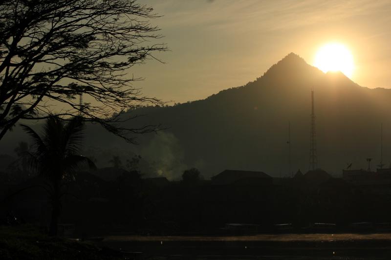 Sunrise kampung di bawah bukit