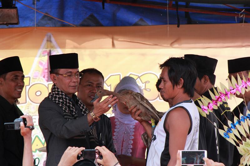 Penyerahan hadiah oleh walikota H. Ahyar Abduh kepada pemenang lomba buru bebek