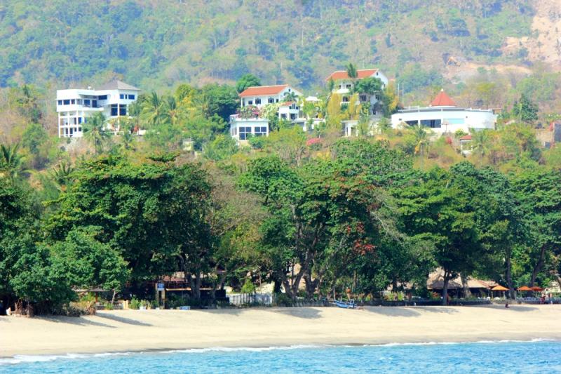 Senggigi identik dengan Pantai dan perbukitan